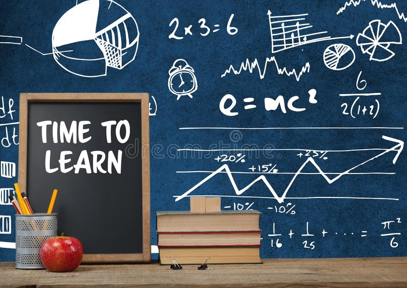 Heure d'apprendre le premier plan de bureau avec des graphiques de tableau noir des équations de la science de maths illustration libre de droits
