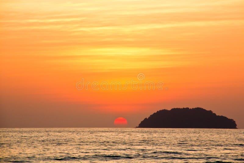 Heure d'or de coucher du soleil en plage de Tanjung Aru, Kota Kinabalu image stock