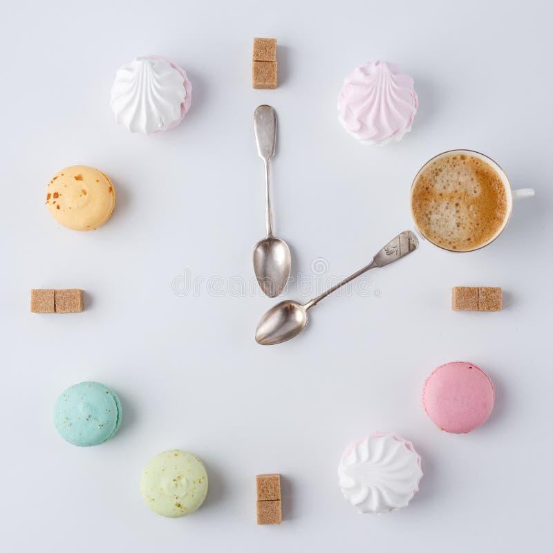 Heure de boire du café une horloge sous forme de café macarons, sucre, guimauves travail créatif et créatif photo stock