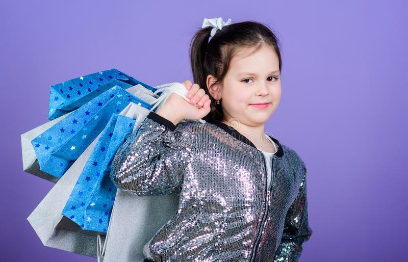 Heure de faire des emplettes Enfant heureux Petite fille avec des cadeaux Offre spéciale Économie d'achat de vacances Petite fill images libres de droits