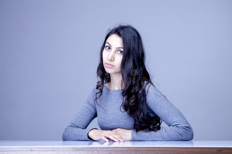 Heure de fonctionner Portrait de jeune attente femelle attrayante de recruteur images libres de droits