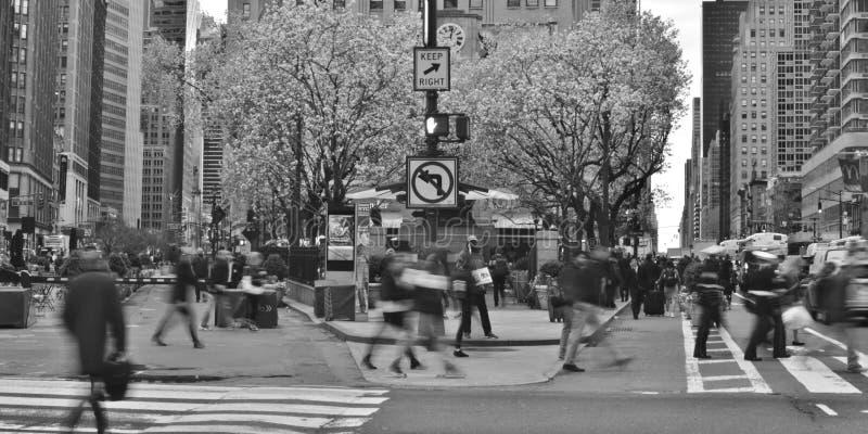 Heure de pointe occupée de personnes et de voitures de tache floue de mouvement de mode de vie de ville Midtown Manhattan NYC photo libre de droits