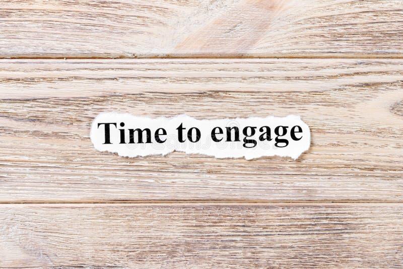 Heure de s'engager du mot sur le papier Concept Mots d'heure de s'engager sur un fond en bois image stock