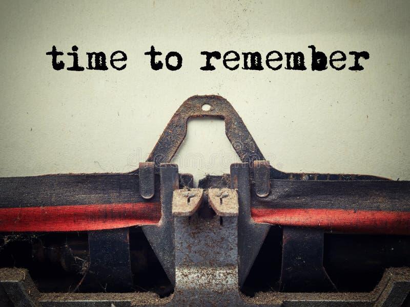 Heure de se rappeler le texte sur la vieille machine à écrire couverte de poussière images stock