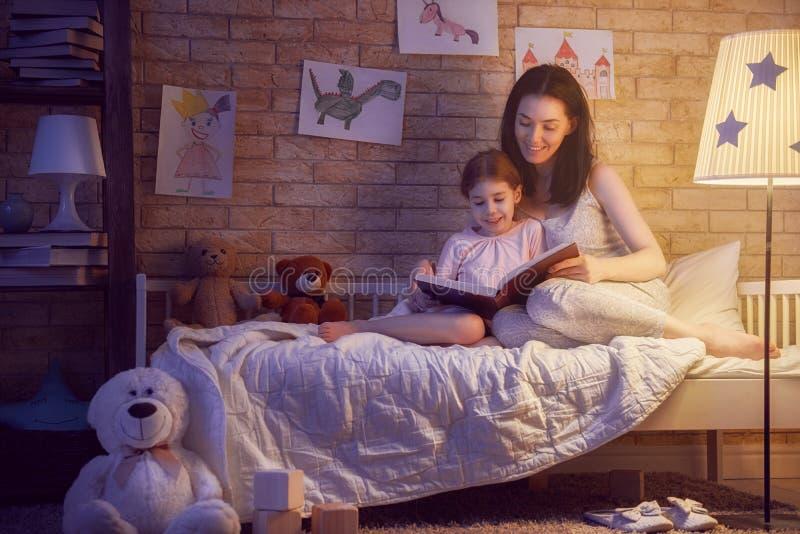Heure du coucher de lecture de famille image libre de droits