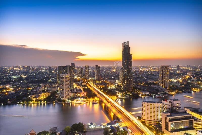 Heure du crépuscule, rivière Chao Phraya, vue depuis le haut immeuble de Bangkok, Thaïlande image libre de droits
