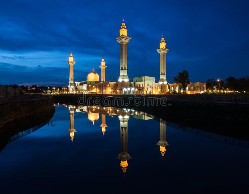 Heure et réflexion bleues de mosquée photo stock