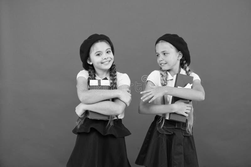 Heure pour donner Petits enfants heureux tenant des bo?te-cadeau Filles mignonnes avec des pr?sents Surprise de joyeux anniversai photos stock