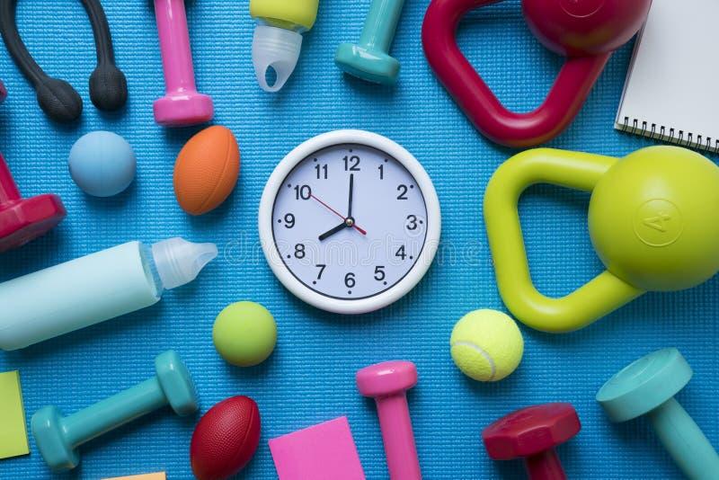 Heure pour exercer l'horloge et l'équipement de forme physique photo stock