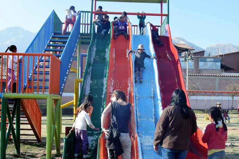 Heure pour l'amusement à un terrain de jeu dans Cuzco, Pérou photographie stock libre de droits