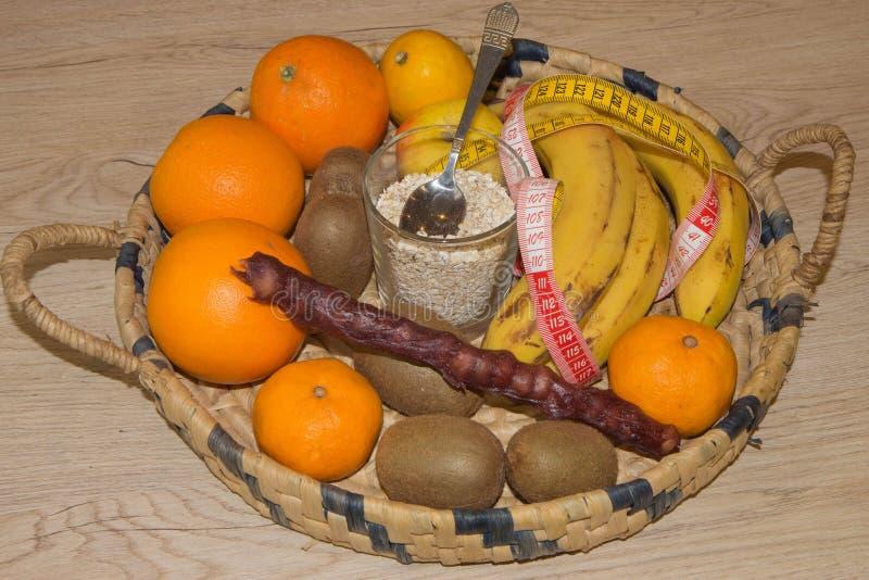 Heure pour le dîner Le concept de la perte de poids, du bien-être et du mode de vie sain image libre de droits