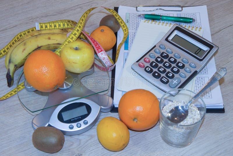 Heure pour le dîner Le concept de la perte de poids, du bien-être et du mode de vie sain Régime végétarien de fruit Produits avec images libres de droits