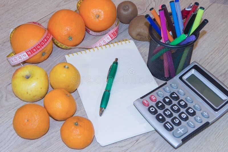 Heure pour le dîner Le concept de la perte de poids, du bien-être et du mode de vie sain Régime végétarien de fruit Produits avec image stock