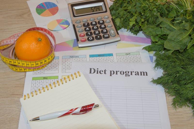Heure pour le dîner Le concept de la perte de poids, du bien-être et du mode de vie sain Régime végétarien de fruit Produits avec photographie stock libre de droits