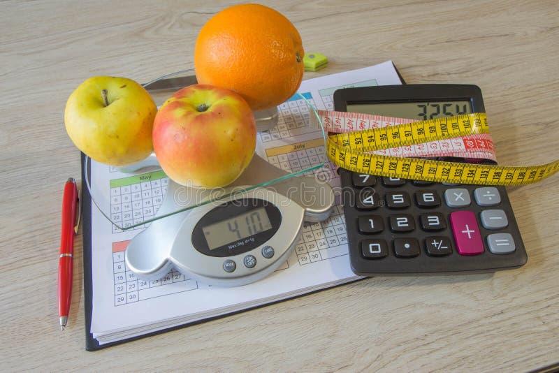Heure pour le dîner Le concept de la perte de poids, du bien-être et du mode de vie sain Régime végétarien de fruit Produits avec photos libres de droits