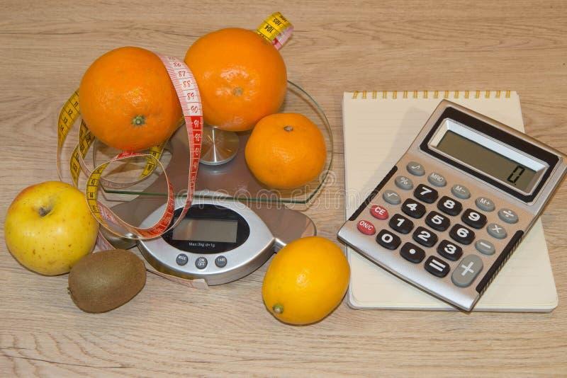 Heure pour le dîner Le concept de la perte de poids, du bien-être et du mode de vie sain Régime végétarien de fruit Produits avec photographie stock