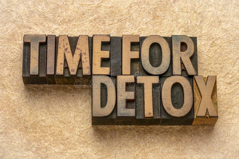 Heure pour le detox - mots dans le type en bois photographie stock