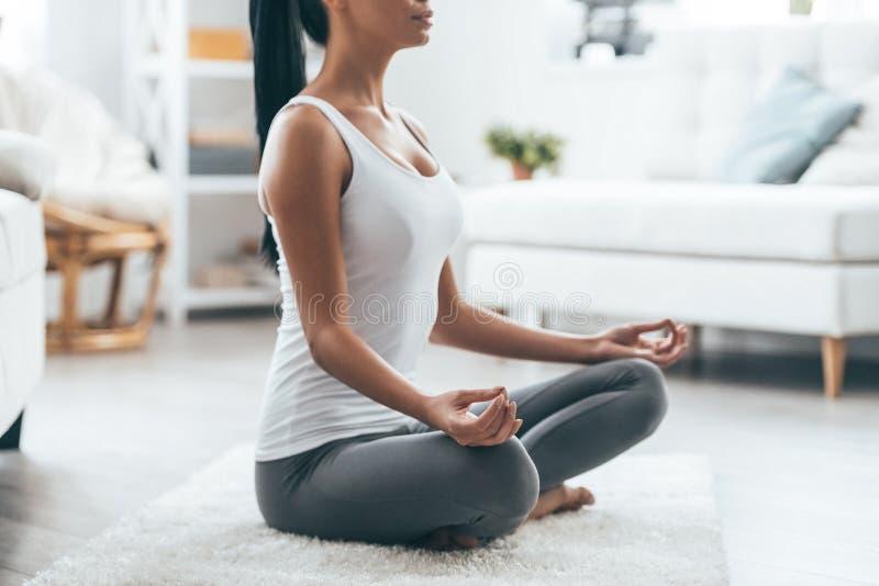Heure pour le yoga photographie stock libre de droits