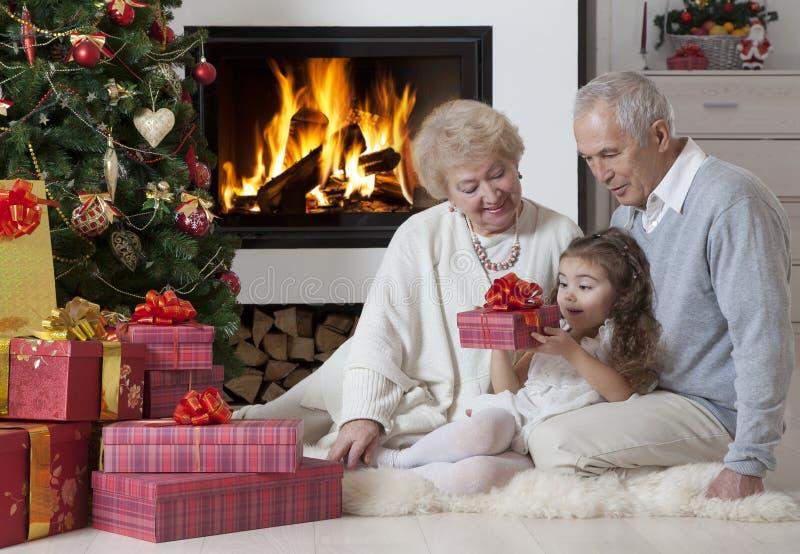 Heure pour les cadeaux s'ouvrants photo stock