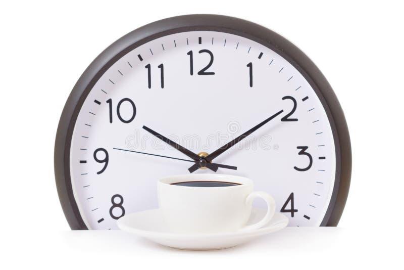 Heure pour une pause-café, le travail avec la tasse de café et l'horloge à l'horloge de dix o sur le blanc images libres de droits