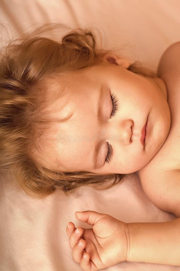 Heure tranquille Bébé doux dans le lit images stock