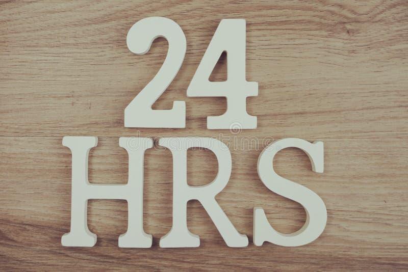 24 heures d'alphabet de vue supérieure de lettres sur le fond en bois photos libres de droits
