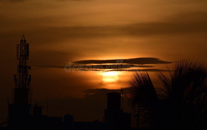 Heures d'or pendant l'ensemble du soleil images libres de droits