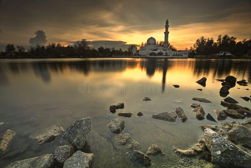 Heures d'or pendant le coucher du soleil à la mosquée comme fond photos stock