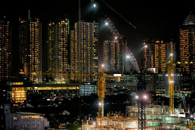 24 heures non arrêter le chantier de construction la nuit Construction de rupture au sol de MRT images stock