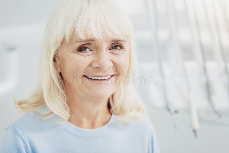 Heureuse femme supérieure satisfaisant avec le docteur photographie stock libre de droits