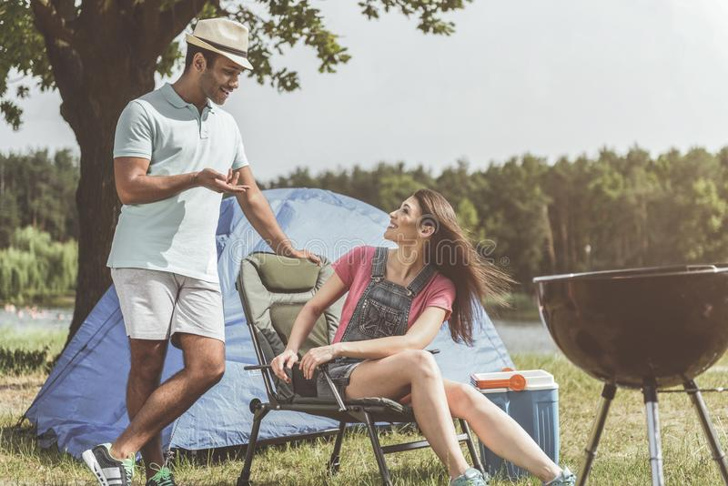 Heureux amis appréciant camper ensemble images stock