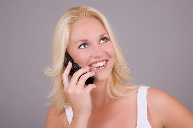 Heureux au téléphone images stock