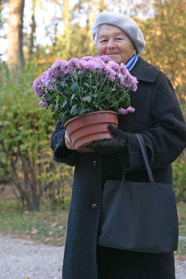 Heureux avec des fleurs image libre de droits