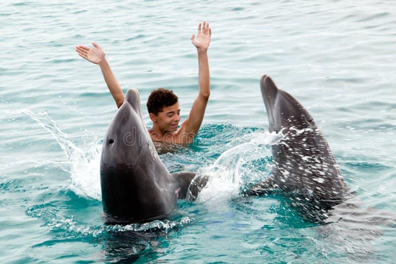 Heureux avec les dauphins images stock