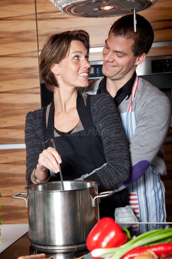 Heureux dans la cuisine photo libre de droits