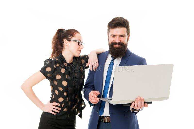 Heureux de voir de bons résultats homme et femme barbus heureux avec l'ordinateur portable homme d'affaires avec le regard d'asso images stock