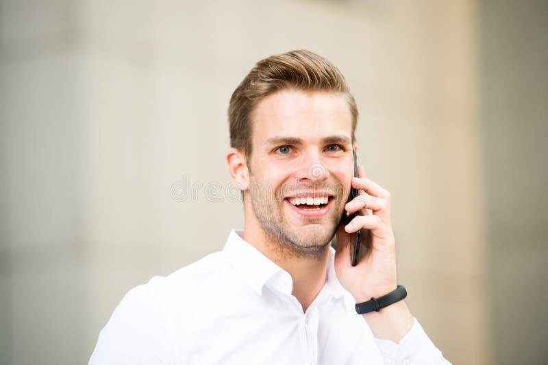 Heureux de vous entendre Passez peu de minutes avant appel pour se recueillir Astuces réussies de conversations téléphoniques Suc images stock