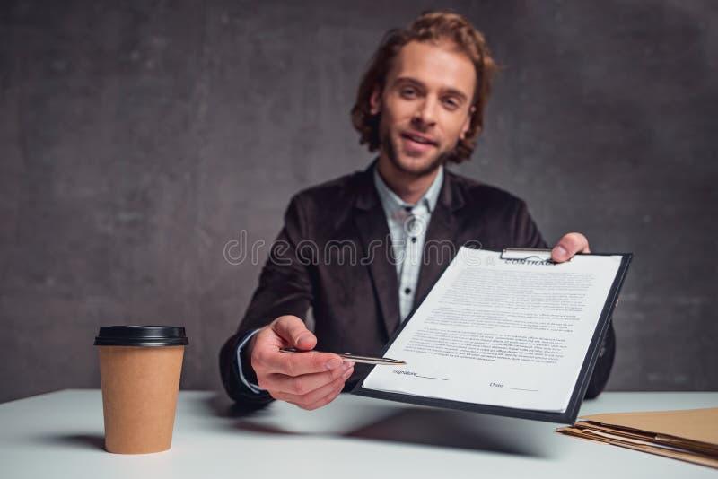 Heureux employeur jugeant le contrat disponible photos libres de droits