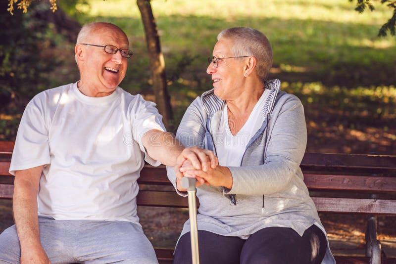 heureux ensemble Couples pluss âgé positifs avec plaisir regardant l'eac image libre de droits