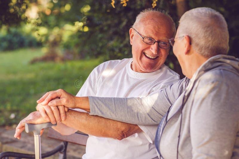 heureux ensemble Couples positifs avec plaisir de retraité regardant e image libre de droits