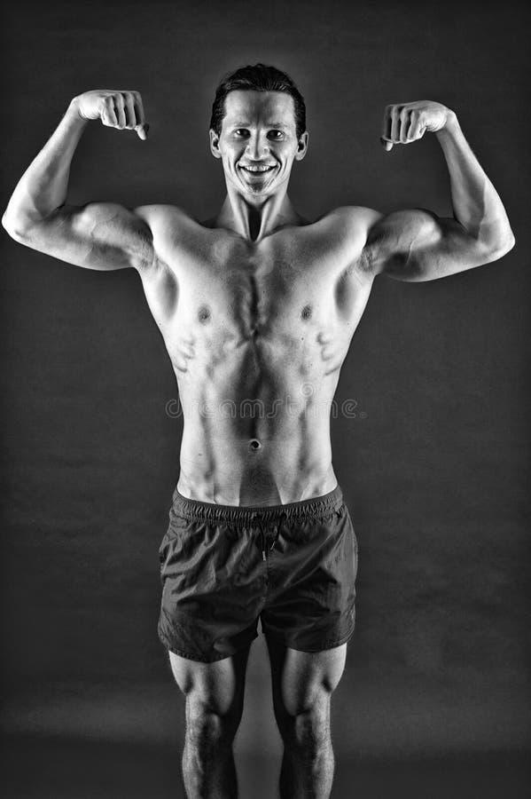Heureux et sportif r Homme de forme physique s'exer?ant dans le gymnase adaptez votre corps et perdez le poids sport photos libres de droits