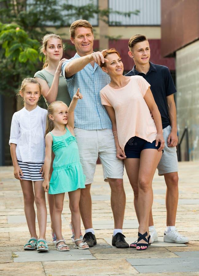 Heureux homme et femme avec des enfants se dirigeant de côté photographie stock libre de droits