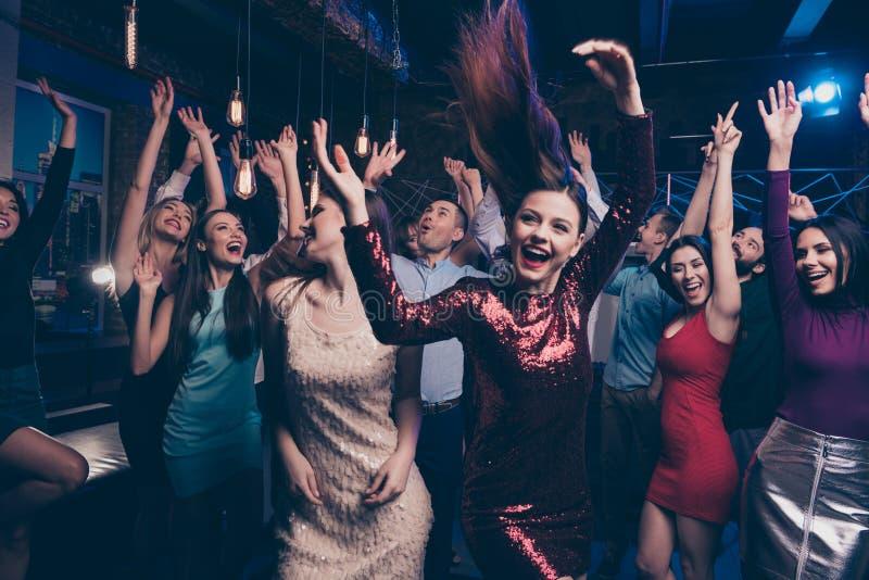 Heureux mesdames jolies et messieurs chics élégants positifs gais fascinants attirants ayant le week-end de temps libre d'amuseme photo stock