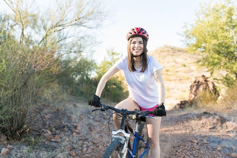 Heureux pour l'aventure faisante du vélo photo stock