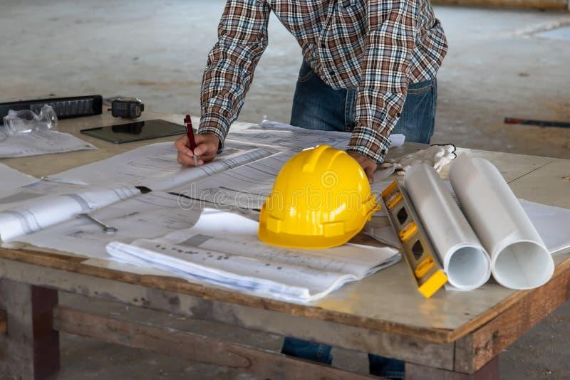 Heureux sourire homme d'affaires professionnel consultant en ingénierie/ architecture dans la construction rénové chantier images stock