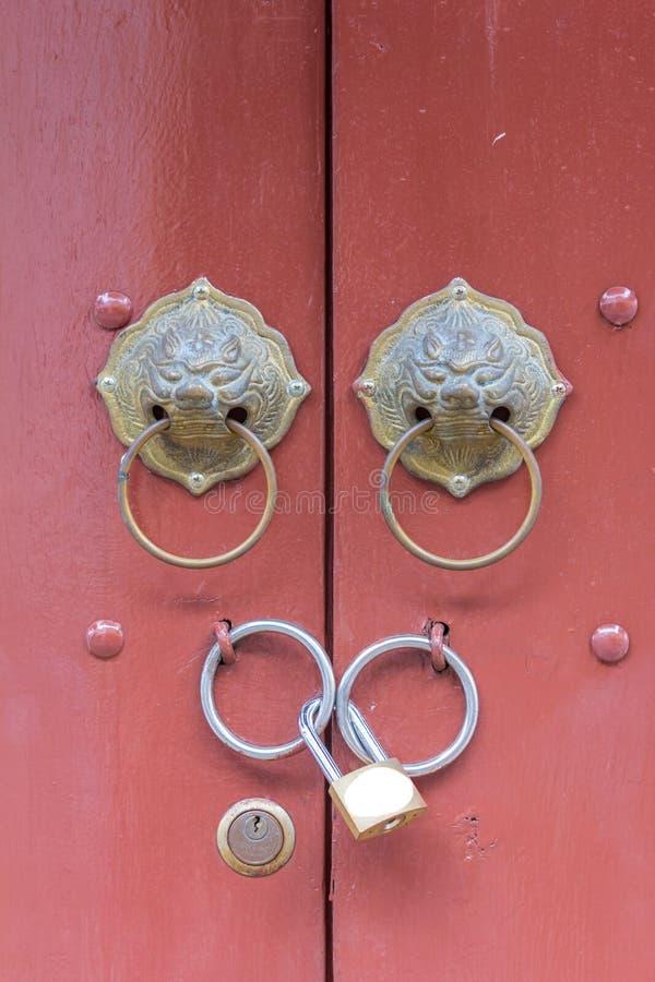 Heurtoir antique de tête de lion sur la porte avec la serrure principale photographie stock libre de droits