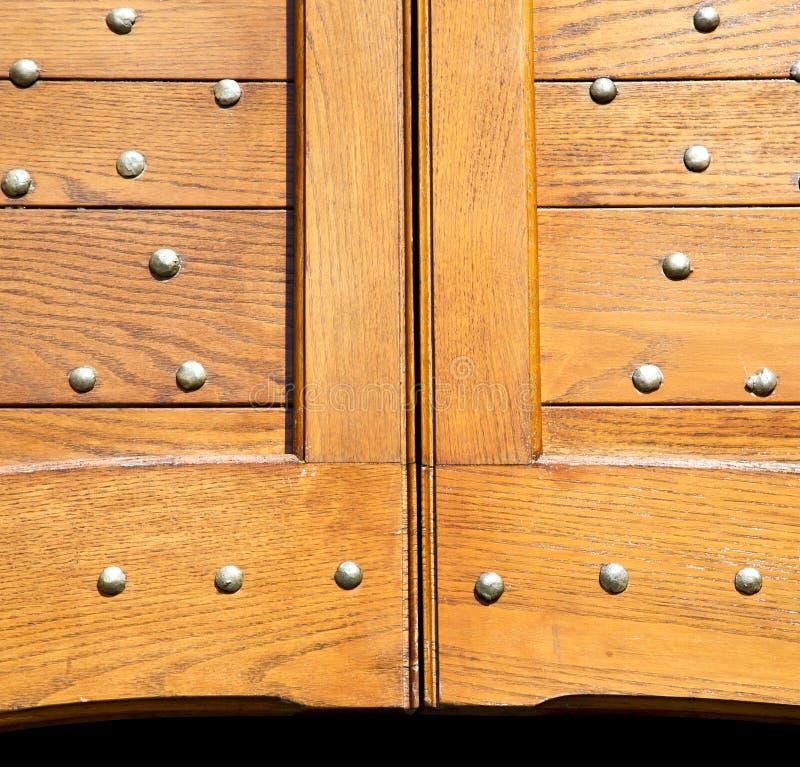 heurtoir brun en laiton rouillé abstrait de Varèse de caidate dans une porte photos stock