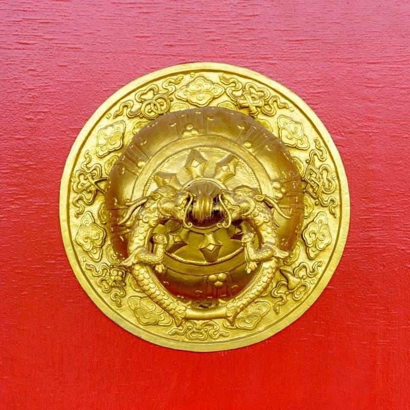 Heurtoir de porte d'or au monastère bouddhiste de Kapan images libres de droits