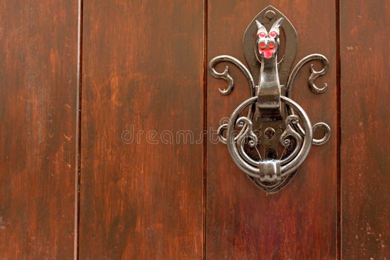 Heurtoir de porte noir en métal sous forme de dragon photographie stock libre de droits