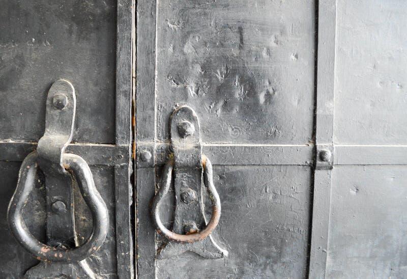 Heurtoir de porte sur vieux, noir photos libres de droits